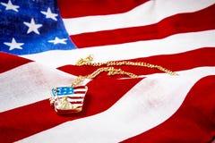 Halsband med statyn av frihet på amerikanska flaggan Fotografering för Bildbyråer