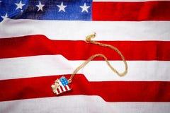 Halsband med statyn av frihet på amerikanska flaggan Arkivfoton