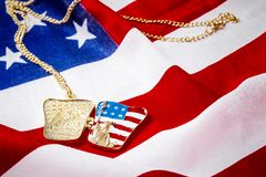 Halsband med statyn av frihet på amerikanska flaggan Arkivbilder