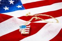 Halsband med statyn av frihet på amerikanska flaggan Arkivbild