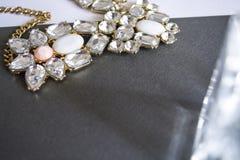 Halsband med stenar på en bakgrund royaltyfri fotografi