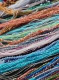 Halsband och armband som är till salu på loppmarknaden arkivfoto