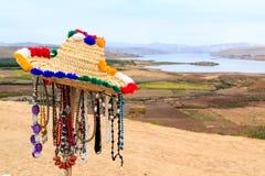 Halsband- och bracletsouvenir i ett moroccan landskap Arkivbild
