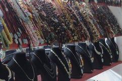 Halsband och hantverk som är till salu i smycken och presentaffär royaltyfria bilder