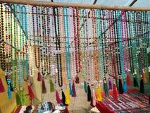 Halsband och mala som är till salu på indisk marknad royaltyfri fotografi