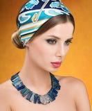 Halsband och sjalett härligt barn för skönhetståendekvinna Arkivfoto