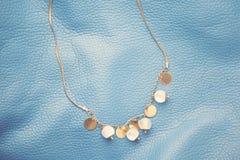 Halsband op blauwe textuur Stock Fotografie