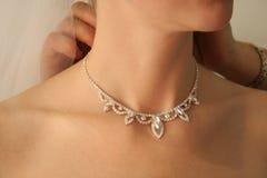 Halsband op een hals bij de bruid. Royalty-vrije Stock Fotografie