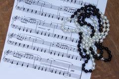 Halsband på anmärkningar för bakgrundsmusik Tur till teatern Överkant v Arkivfoto
