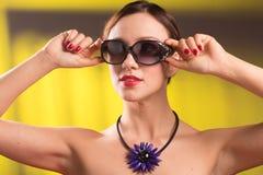 Halsband på halsen rubin och smaragd fotografering för bildbyråer