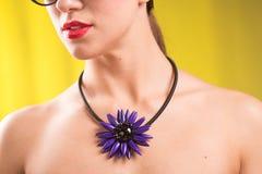 Halsband på halsen rubin och smaragd royaltyfri fotografi