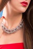 Halsband på kvinnlig hals Flickainnehavhänder rött sexigt för kanter royaltyfria foton