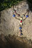 Halsband på stenen på solig dag arkivbild