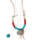 Halsband som är handgjord med röda och blåa pärlor Royaltyfria Foton