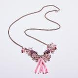 Halsband van de Curvy de elegante roze ketting stock fotografie