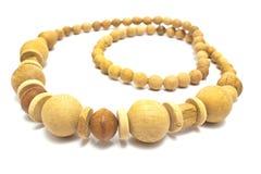 Halsband van gele houten die ballen wordt op wit worden geïsoleerd gemaakt dat stock foto