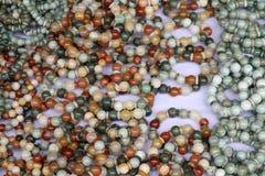 Halsband van kleurrijke parels voor verkoop in markt wordt gemaakt die royalty-vrije stock fotografie