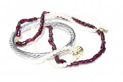 Halsbanden, armband, diamanten en horloge Royalty-vrije Stock Foto