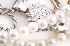 Halsbanden, armband, diamanten en horloge Royalty-vrije Stock Afbeeldingen