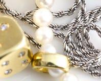 Halsbanden, armband, diamanten en horloge Royalty-vrije Stock Foto's