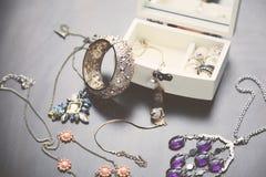 Halsbanden, armband en Dozen Stock Foto's