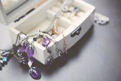 Halsbanden, armband en Dozen Stock Afbeelding
