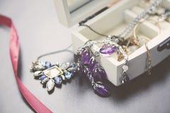 Halsbanden, armband en Dozen, raad Royalty-vrije Stock Afbeelding