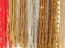 halsbanden die met parels en kleurrijke stenen voor verkoop worden gemaakt Stock Foto's