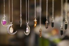 Halsbanden met gekleurde stenen royalty-vrije stock foto's