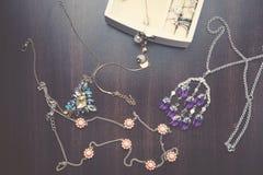 Halsbanden, oude armband en Dozen, raad Royalty-vrije Stock Fotografie