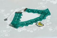 Halsbandet för Ð-¡ hoker från snör åt och hängen med naturliga blommor Royaltyfri Fotografi