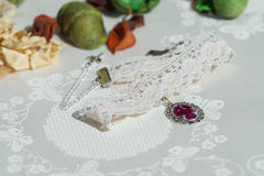 Halsbandet för Ð-¡ hoker från snör åt och hängen med naturliga blommor Arkivbilder