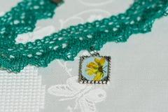 Halsbandet för Ð-¡ hoker från snör åt och hängen med naturliga blommor Royaltyfri Bild