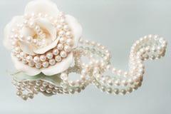halsbandet pryder med pärlor storartad white arkivbilder