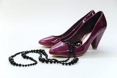 halsbandet shoes violett whit Royaltyfria Bilder