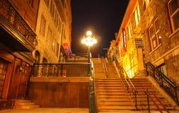 Halsbrytande trappa som förbinder den Quartier Petit-Champlain av lägre stad till övrestaden i gamla Quebec City Arkivbild