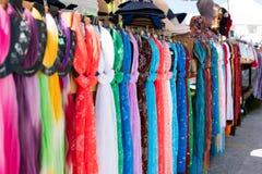 Halsduk eller sjalar på marknaden Arkivbilder