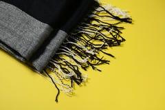 Halsduknärbild för män s på gul bakgrund Arkivfoto