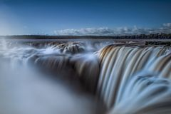 Halsen för jäkel` s på Iguazu Falls Arkivfoto