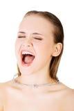 Halsen smärtar begrepp. Den unga kvinnan med försett med en hulling - binda runt om hennes thr Arkivfoto