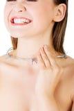 Halsen smärtar begrepp. Den unga kvinnan med försett med en hulling - binda runt om hennes thr Royaltyfri Fotografi