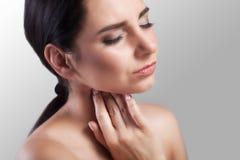 Halsen smärtar Closeup av en sjuk kvinna med den öm halsen som känner sig dålig som lider från smärtsamt svälja Rörande hals för  Royaltyfria Foton