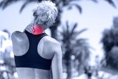 Halsen smärtar - den idrotts- rinnande kvinnan med skada royaltyfri fotografi