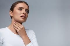Halsen smärtar Härlig kvinna som har den öm halsen, smärtsam känsla royaltyfri foto