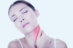 Halsen smärtar kvinnan som behov tillbaka masserar Arkivfoton