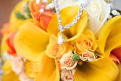 Halskette auf dem Blumenstrauß Stockbilder