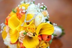Halskette auf dem Blumenstrauß Lizenzfreie Stockbilder