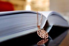 Halskette auf dem Buch Lizenzfreies Stockbild