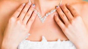 Halskette auf dem Hals der Braut Stockfotos
