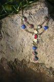 Halskette auf dem Stein am sonnigen Tag Stockfotografie
